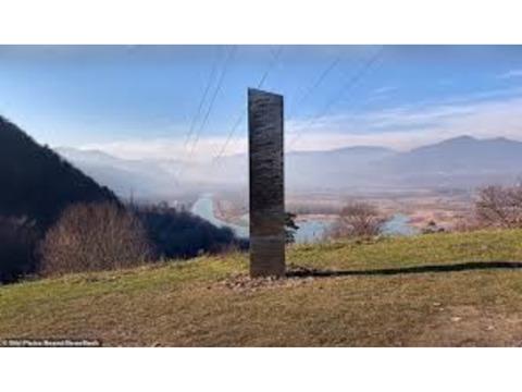 ルーマニアの丘に謎の三角柱が 米砂漠から消えたモノリスか 「点と点で繋ぎ合わせると…」